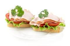 Sandwichs avec de la laitue, tomate, coupes froides avec le persil sur le blanc Image stock