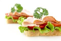 Sandwichs avec de la laitue, tomate, coupes froides avec le persil sur le blanc Images libres de droits