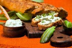 Sandwichs avec des feuilles de fromage et de laitue de ricotta Photographie stock libre de droits