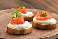 Sandwichs avec des saumons Images stock