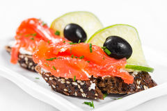 Sandwichs avec des saumons, des olives et la chaux Image stock