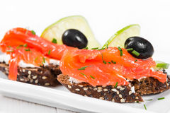 Sandwichs avec des saumons, des olives et la chaux Photo stock