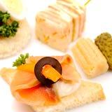 Sandwichs avec des saumons et des légumes. Photos libres de droits