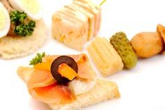 Sandwichs avec des saumons et des légumes. Photographie stock