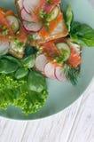 Sandwichs avec des saumons, des feuilles de salade et le basilic Image stock
