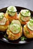 Sandwichs avec des saumons, des oeufs brouillés et le concombre Photo stock