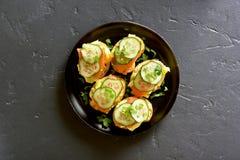 Sandwichs avec des saumons, des oeufs brouillés et le concombre Photographie stock libre de droits