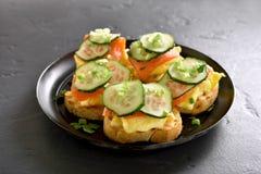 Sandwichs avec des saumons, des oeufs brouillés et le concombre Image libre de droits