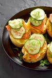 Sandwichs avec des saumons, des oeufs brouillés et le concombre Photos libres de droits
