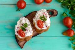 Sandwichs avec du fromage de pâté, ail, tranches de poivre, aneth Nourriture biologique organique images stock
