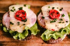 Sandwichs avec du fromage, la dinde, la laitue et la tomate Photo libre de droits