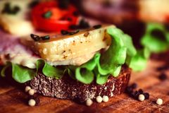 Sandwichs avec du fromage, la dinde, la laitue et la tomate Images libres de droits