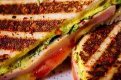 Sandwichs avec du jambon, les légumes frais, les herbes et la sauce au fromage sur le fond blanc Image libre de droits