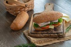 Sandwichs avec du jambon, tomates, hamburger de fromage photo stock