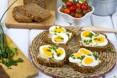 Sandwichs avec du pain complet avec les oeufs et la ciboulette image stock