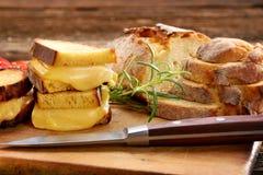 Sandwichs avec du pain de maïs avec du fromage fondu et l'espace pour le texte Photographie stock libre de droits