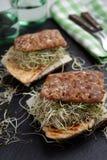 Sandwichs avec la dinde, le fromage, et les pousses grillés de poireau Images stock