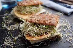 Sandwichs avec la dinde, le fromage, et les pousses grillés de poireau Photographie stock libre de droits