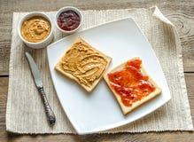 Sandwichs avec le beurre d'arachide et la gelée de fraise Images libres de droits