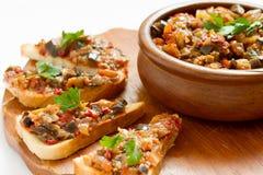 Sandwichs avec le caviar d'aubergine Photographie stock libre de droits