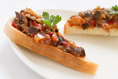 Sandwichs avec le caviar d'aubergine Images libres de droits