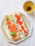 Sandwichs avec le caviar de fromage à pâte molle et de saumons fumés Images libres de droits