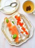 Sandwichs avec le caviar de fromage à pâte molle et de saumons fumés Images stock