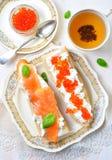 Sandwichs avec le caviar de fromage à pâte molle et de saumons fumés Photos stock