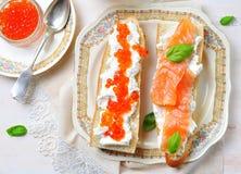 Sandwichs avec le caviar de fromage à pâte molle et de saumons fumés Photos libres de droits