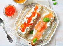 Sandwichs avec le caviar de fromage à pâte molle et de saumons fumés Photo libre de droits