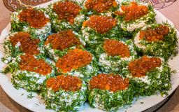Sandwichs avec le caviar rouge et verts d'un plat images stock