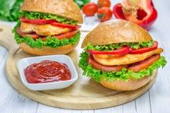 Sandwichs avec le filet, la tomate et le paprika de poulet rôti photos libres de droits