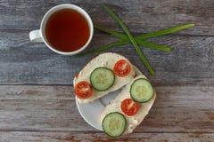Sandwichs avec le fromage fondu, les tomates-cerises, les concombres et les oignons verts image stock