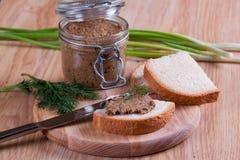 Sandwichs avec le pâté, avec le pot en verre sur un fond Images stock