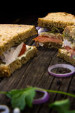 Sandwichs avec le poulet, la sauce et les légumes Images libres de droits
