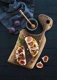 Sandwichs avec le ricotta, figues fraîches, noix et Image libre de droits