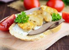 Sandwichs avec les champignons, le foie de dinde et la sauce à tartre sur la baguette croustillante Photographie stock libre de droits