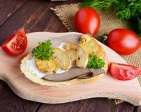Sandwichs avec les champignons, le foie de dinde et la sauce à tartre sur la baguette croustillante Photos libres de droits