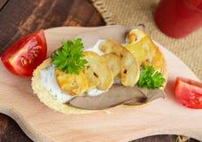 Sandwichs avec les champignons, le foie de dinde et la sauce à tartre sur la baguette croustillante Photographie stock