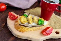 Sandwichs avec les champignons, le foie de dinde et la sauce à tartre sur la baguette croustillante et une tasse de café Image stock