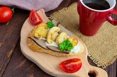 Sandwichs avec les champignons, le foie de dinde et la sauce à tartre sur la baguette croustillante et une tasse de café Photos libres de droits