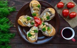 Sandwichs avec les champignons, le foie de dinde et la sauce à tartre sur la baguette croustillante et une tasse de café Images libres de droits