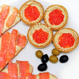 Sandwichs avec les oeufs de poisson et les poissons saumonés Photographie stock