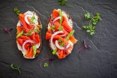 Sandwichs avec les saumons fumés Image libre de droits