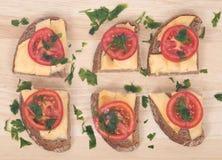 Sandwichs chauds sur la coupe photos stock