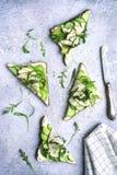 Sandwichs com queijo macio, abacate, pepino, rúcula e grade Foto de Stock