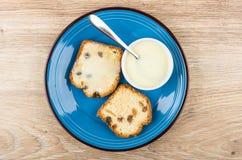 Sandwichs de petit pain avec du lait condensé et le bol en verre Photographie stock libre de droits