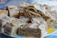 Sandwichs du pain pita mince, petit pain tordu du plat images stock
