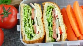 Sandwichs faits frais avec des bâtons de carotte dans la gamelle, tir de chariot, vue supérieure banque de vidéos
