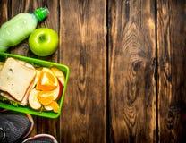 Sandwichs, fruit, milkshake et espadrilles de sports Photographie stock